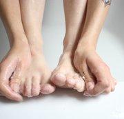FUß-FETISCH! Schön die Füße waschen.