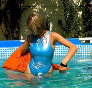 Im Pool in Moncler Daunen Jacke und Realise Gummi Badeanzug