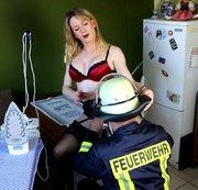 HEISS?!? Feuerwehrmann eilt zur Hilfe