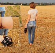 Natursekt im Feld mit Sandalen und Jeans sowie öffentlichen Pisswalk