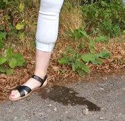Im Wald für euch IN die weiße geile enge  Jeans abgepisst