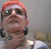 Rote Fingernägel, Tattoos und enge schwarze Leder Hotpants!