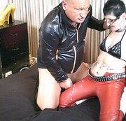 Sperma schoss auf ihre glänzende rote PVC-Hose
