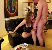 Gut erzogene Ehestute schluckt dein Sperma wie süße Sahne runter