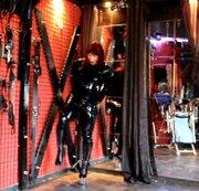 Latex-Lady Bonda gefesselt mit Handschellen + Fußschellen