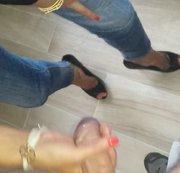 Beim Anblick der engen Jeans und der nackten Füssen in High Heels geil geworden