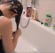 Haare waschen und verführerische Blicke