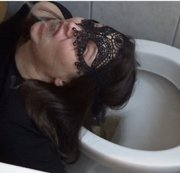 Minja über der Toilette vollgepisst