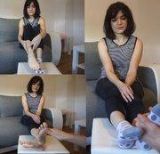 Lilli. Socken und Fussmassage. Socken und Füße zeigen. Aufgeilen. Teil 1 von 3.