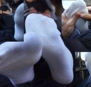 Leonie. Fussmassage mit weißen Sneakersocken. Teil 1 von 2.