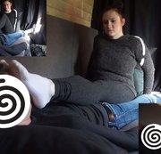Anna. Casting Bus. Besockte Füße ins Gesicht. Rosa Sneakersocken. Teil 3 von 4.