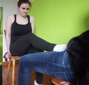 Anna. Schwanz mit den Füßen rubbeln. Weiße Sneakersocken. Teil 5 von 6