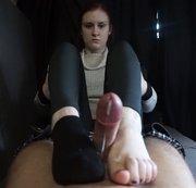 Anna im Casting Bus auf die Socken / Füße gespritzt