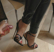 Neue Stilettos eingeweiht. Sperma auf Füße und High Heels.
