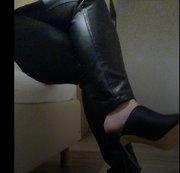 Lederhose und offene High Heels