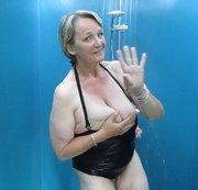 Unter der Dusche im Badeanzug