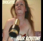 Brigitte macht ihre Haare