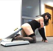 Erwicht im Büro bei putzen und sex