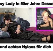 Sexy Lady in 50er Jahre Dessous und echten Nylons für dich