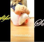 Kleine Käsefüsse in getragenen Socken