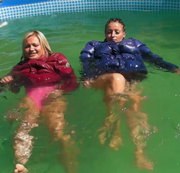 Mit Christina in Daunenjacken im Pool schwimmen