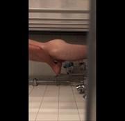 Beim Duschen gefilmt