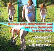 *** Reife Dame zog sich aus und zog einen Badeanzug in einem Stadtpark an