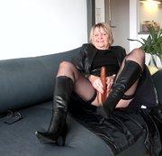 Janne ganz in Leder und Stiefel