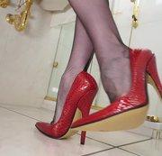 Extrem hohe High Heels im Badezimmer