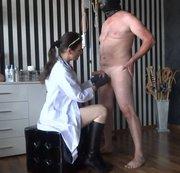 Frau Doktor kurze Hodenuntersuchung
