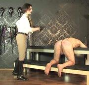 Spanking des nackten Sklaven  Teil 2