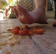 Crushing ,Füsse, Tomaten es spritzt und matscht