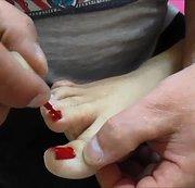 Ich lackiere ihre Fußnägel