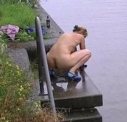 Nackt im Winter in den Kanal gesprungen
