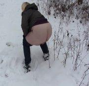 Pissen und furzen im Schnee