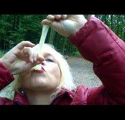 Sperma trinken im Wald