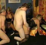 Geile Orgie! 3 Jungs vernaschen 2 Milfs