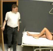 Der Arzt benutzt mich, fickt mich und spritzt mich voll