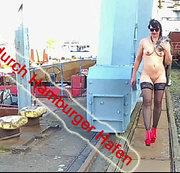 Die  Nutte-Angi spaziert nackt durch den Containerhafen von Hamburg