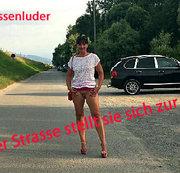 In der Öffentlichkeit , auf der Strasse beim Spazieren zeigt sie ihren geilen nackten Arsch