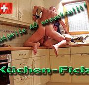 Verfickte NYLON-BITSCH verführt ihren Ehemann zur Fickerei in der Küche !!!