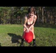 Spielerei mit rotem Luftballon