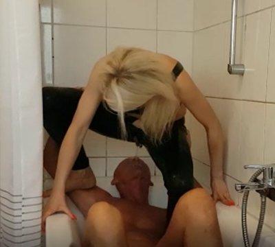 Latexvamp pisst Sektliebhaber in Badewanne in den Mund und auf den Schwanz!