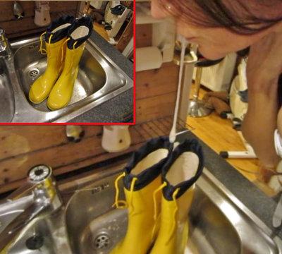 Sperma auf gelbe Gummistiefel gespuckt