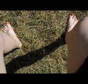 Schnelles Outdoor pissen auf der Wiese mit Roten Nägeln