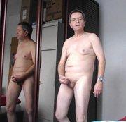 Ich ziehe mich nackt aus und stelle mich vor 01