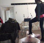 Lady Wiktoria bearbeitet ihren Sklaven weiter