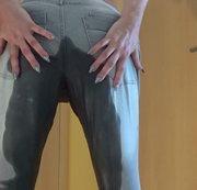 auf Wunsch eine enge Jeans nass gemacht ....