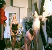 Sklave mußte anderen Sklaven-Schwanz blasen, bis zum spritzen!