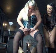 2 Dominas füllen einen Sklaven mit Pisse ab! Inklusive Maul-Furzen,  Rimming und Facesitting